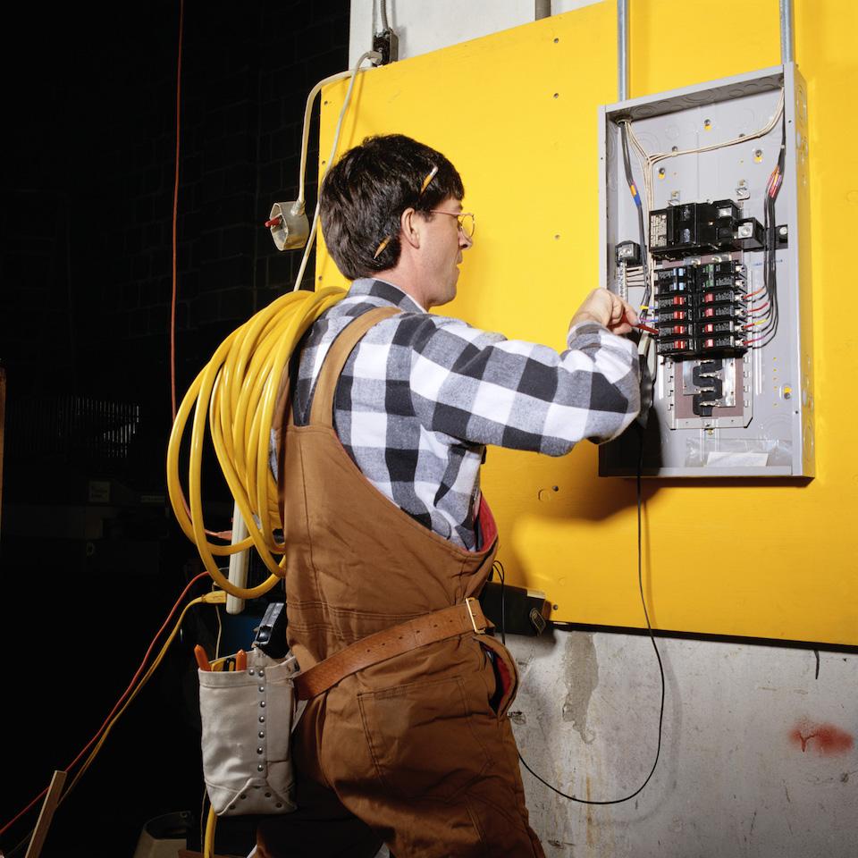 Работа электрика сложна, но перспективна