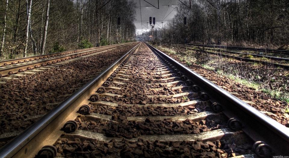 Пенсионера смертельно травмировал поезд